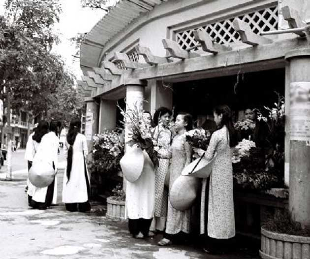Quán hoa xưa bên Hồ Gươm ngày Tết